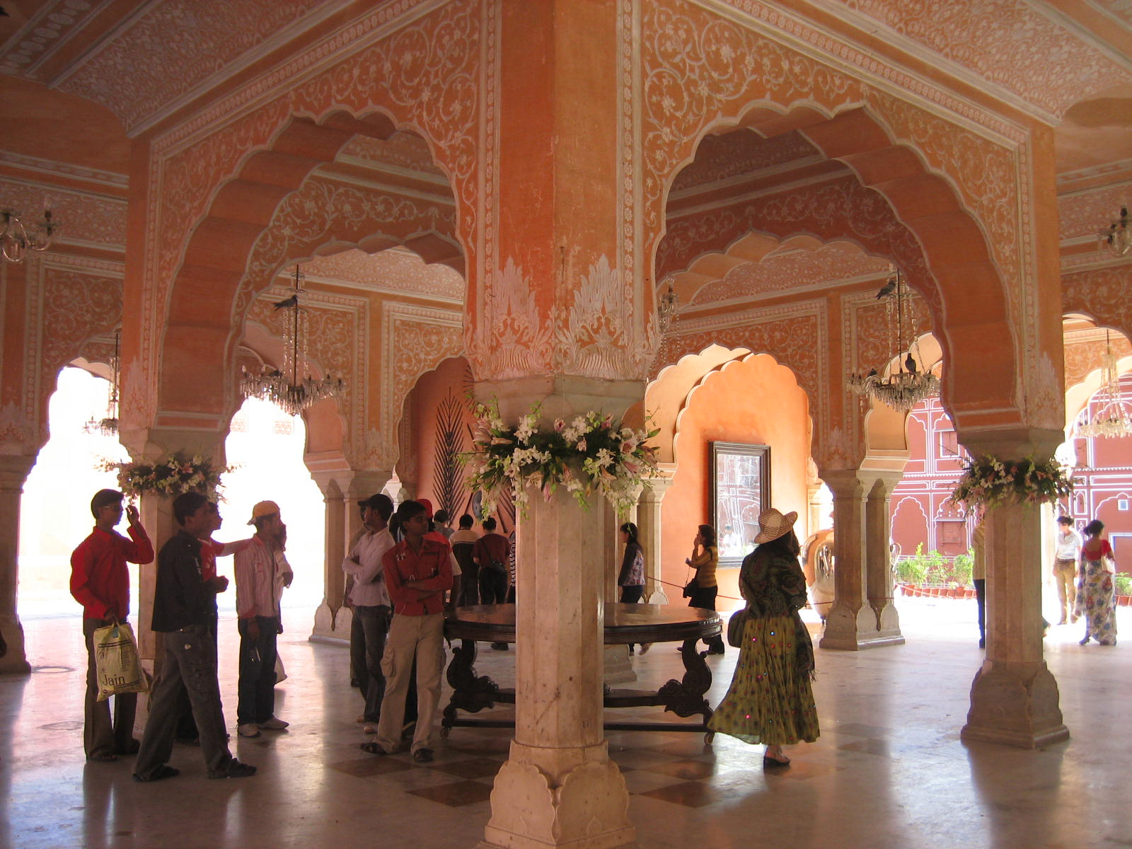 Hawa mahal historical facts and pictures the history hub for Interior pictures