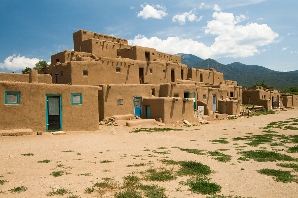 Taos pueblo historical facts and pictures the history hub for Modern house history